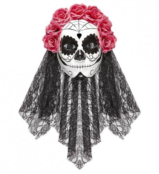 Maske Dia De Los Muertos dekoriert mit schwarzem Spitzenschleier und rosafarbenen Rosen